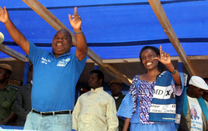 MMD candidate rupiah Banda and his wife Thandiwe chanting party slogans before he addressed the last campaign rally