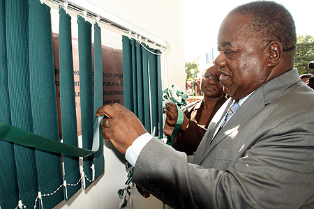 President Rupiah banda unveils a plaque for the office of the auditor general in Kasama.