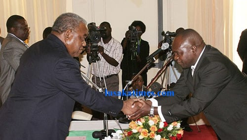 President Rupiah Banda shakes hands with newly appointed commissioner of the Drug Enforcement Commission, Aaron Zulu, at a swearing in ceremony at State House