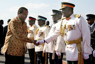 Swaziland's King Mswati bids farewell to service chief before he left for Solwezi with President Rupiah Banda at Lusaka International Airport
