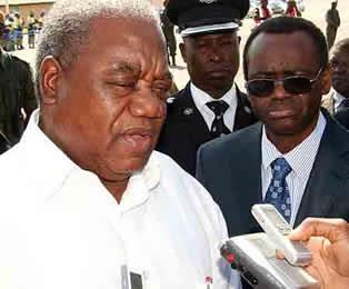 President Banda speaking to reporters as Vice President George Kunda listens
