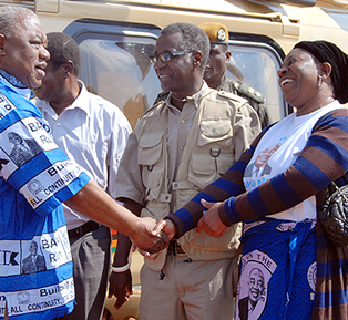 Rupiah Banda greeting Evelyn Mwanawasa