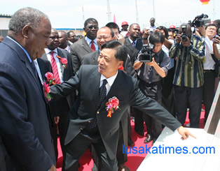 Chinese Ambassador to Zambia Li Qiangmin shows a plaque to President Banda after commissioning the CCS plant.