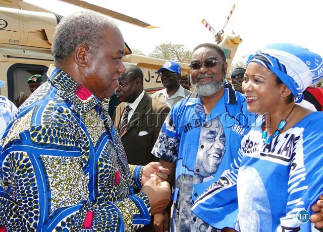 Rupiah Banda shakes hands with Mwansabombwe MMD candidate Chriticles and his counterpart for Kawambwa central Elizabeth Chitika Mwansa on arrival at Kazembe grounds
