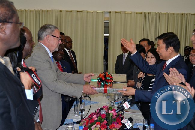 Vice President Guy Scott presents a gift to Chinese Vice President Li Yuanchao at Government House in Lusaka