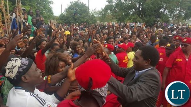 HH greeting multitudes in Mongu