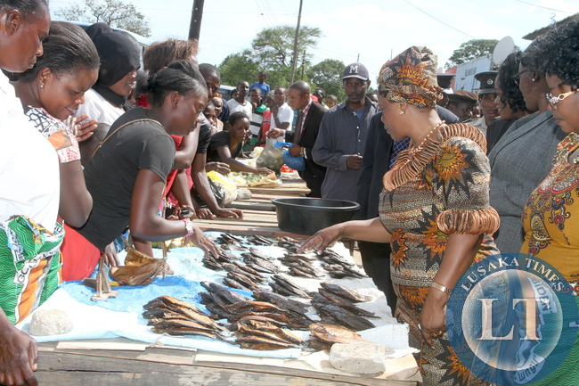 irst Lady Esther Lungu buying merchandize at Kasompe Market in Chingola on Monday, Decemmber 7,2015. The First Lady is in Chingola to check and witness various projects that are being undertaken by various stakeholders and those that are undertaken by Konkola Copper Mine (KCM) under Corporate Social responsibility -Picture by THOMAS NSAMA
