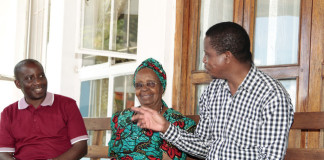 President Edgar Lungu interacts with Mrs Kapwepwe at her House in Chinsali whilst Muchinga Provincial Minister Mwimba Malama listens