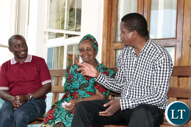 President Edgar Lungu interacts with Mrs Kapwepwe at her House in Chinsali whilst Muchinga Provincial Minister Mwimba Malama listens