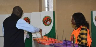 Speaker of the National Assembly Patrick Matibin casting his Ballot during voting at UNZA polling station in Lusaka yesterday, 11-08-2016.Picture by Ennie Kishiki/Zanis.