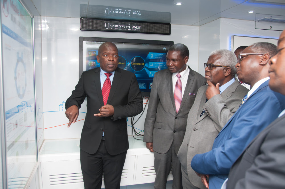 Deputy Secretary to the Cabinet Amb. Peter Kasanda (centre) and UNZA Vice Chancellor Professor Luke Mumba (right) learn more about the latest broadband technology from a Huawei employee.