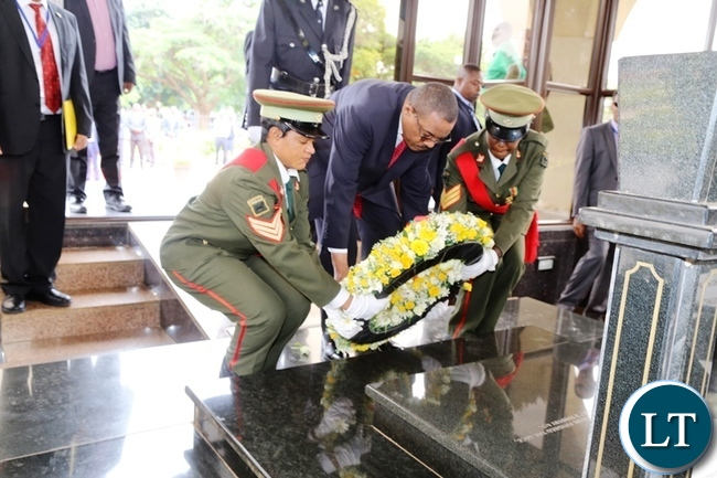 Ethiopian Prime Minister Hailemariam Dessalegn laying a wreath at the grave  of Zambia's third late republican President Levy Patrick Mwanawasa at Embassy Park in Lusaka. Picture by SUNDAY BWALYA/ ZANIS.