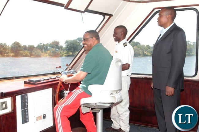 Ethiopian Prime Minister,Hailemariam Dessalengn operate a lady Livingstone boat Cruise machine at Livingstone