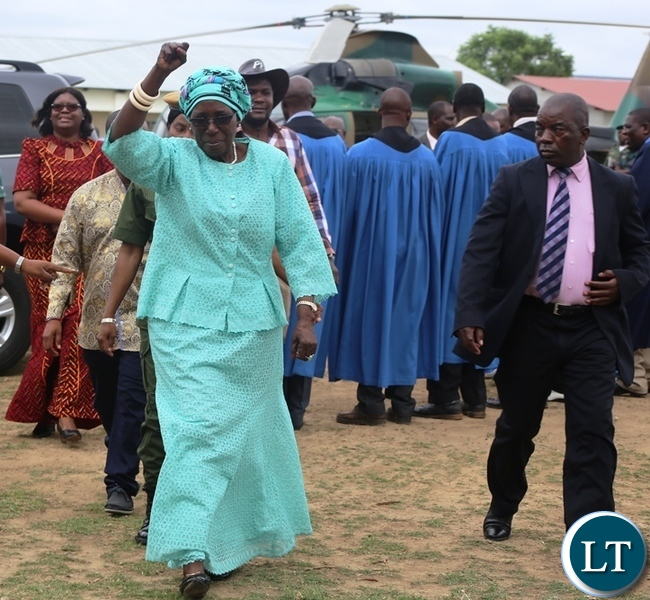 Vice President Inonge Wina waves at the people upon arrival in Kabwe for the official opening of the fertilizer plant in Kabwe. Picture by SUNDAY BWALYA/ ZANIS