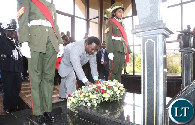 President Joseph Kabila laying wreaths at late President Levy Mwanawasa tomb stone during the tour of Presidential burial site in Lusaka