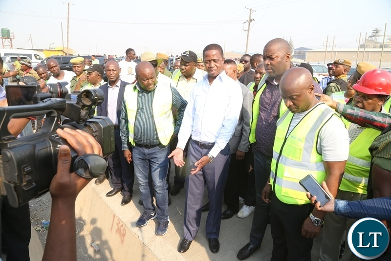 President Edgar Lungu flanked by Minister of Infrastructure Ronald Chitotela (l) Lusaka Province Minister Bowman Lusambo (2nr) and Special Assistant to the President Andrew Chellah (r) inspecting the progress on Mungwi roads