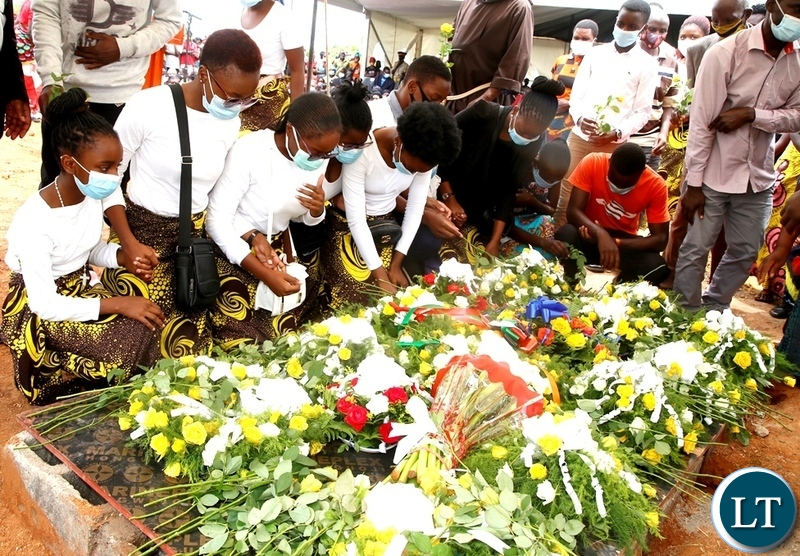 Late Sebastian Zulu's grand children laying wreaths at the grave of their grand father during burial in Petauke's Kakwiya village. Picture by SUNDAY BWALYA/ ZANIS